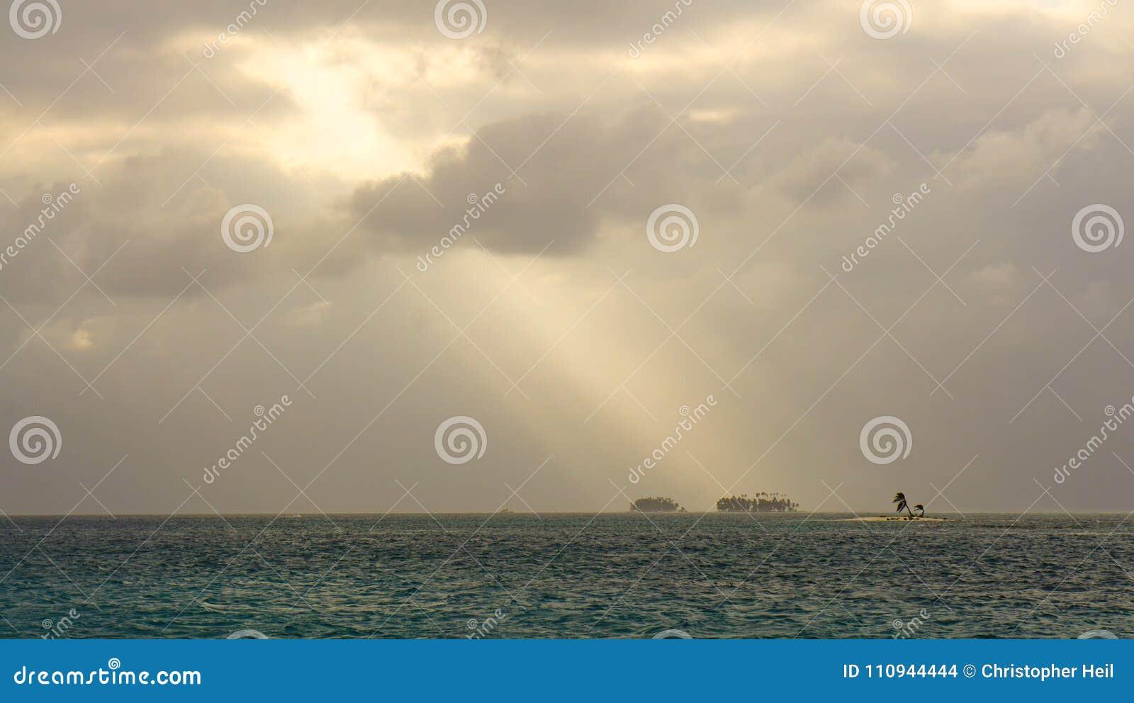 Uiterst klein eiland met palm in Caraïbisch San Blas Islands tussen Panama en Colombia