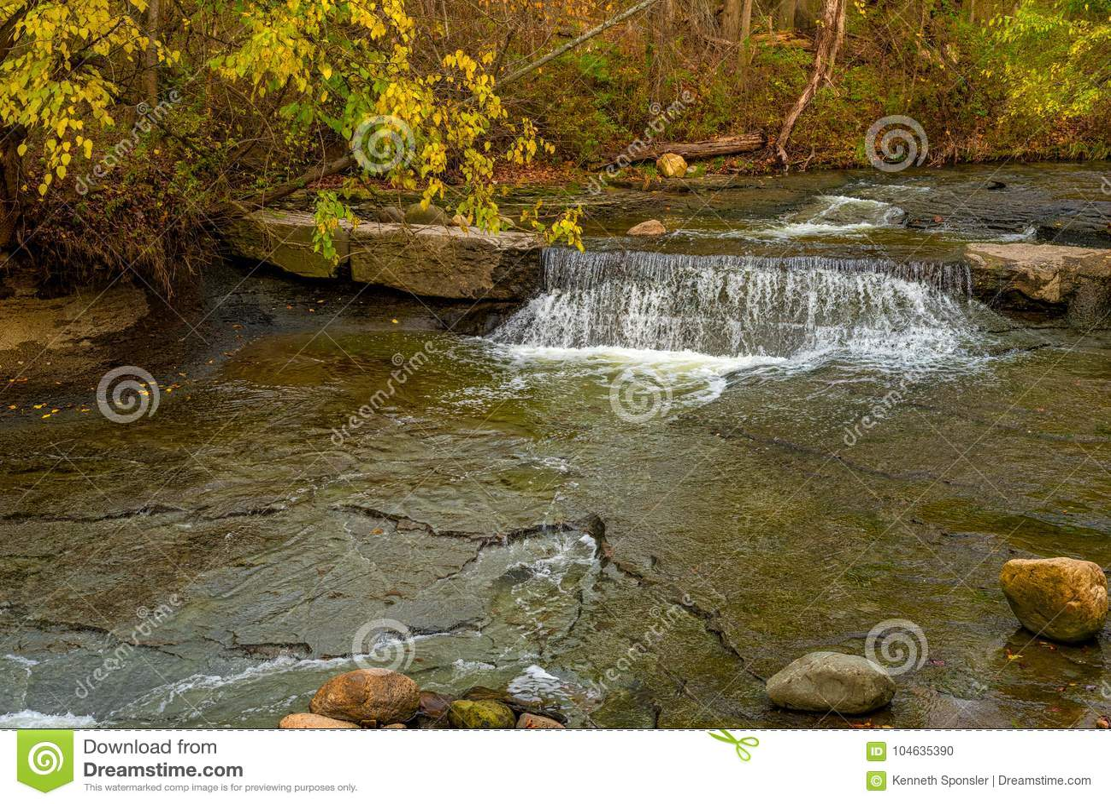 Download Uiterst Kleine Waterval Onder De Herfstgebladerte Stock Foto - Afbeelding bestaande uit rotsen, bruin: 104635390