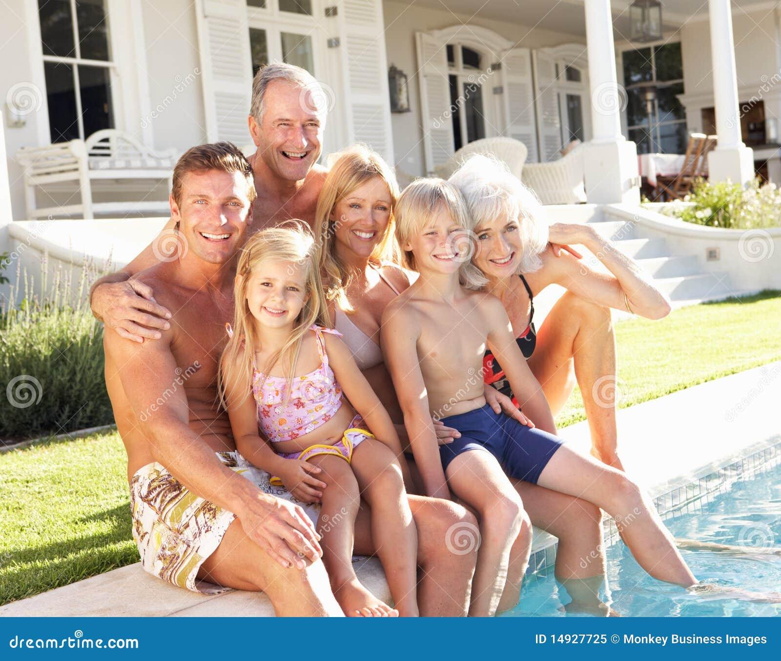 Uitgebreide Familie buiten het Ontspannen door Zwembad