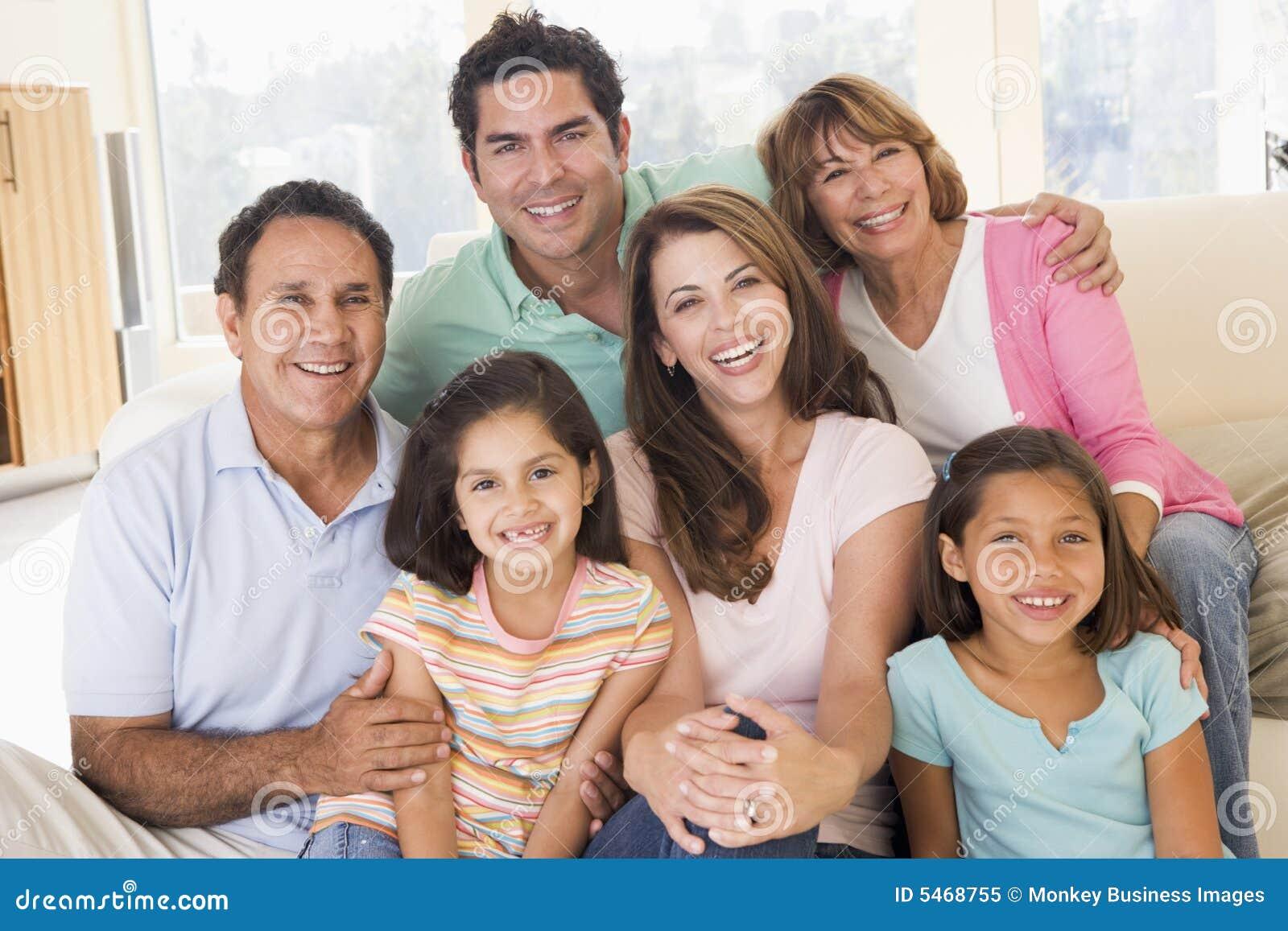 Uitgebreide familie in woonkamer het glimlachen