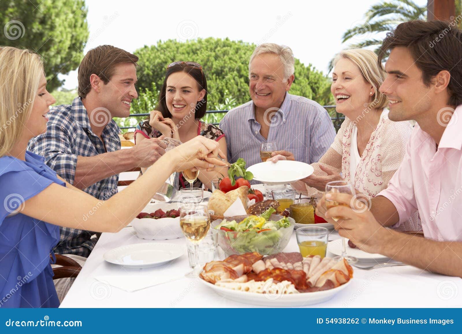 Uitgebreide Familiegroep die van Openluchtmaaltijd samen genieten