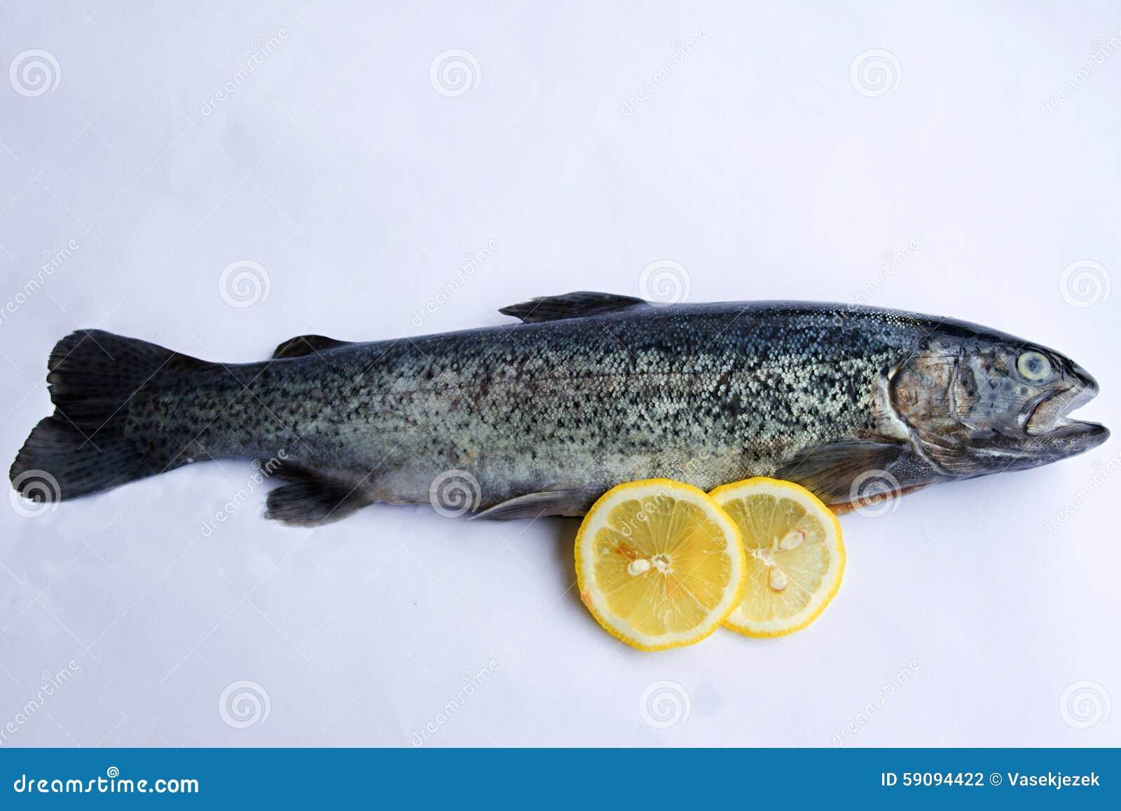 Uitgehaalde forel met citroen