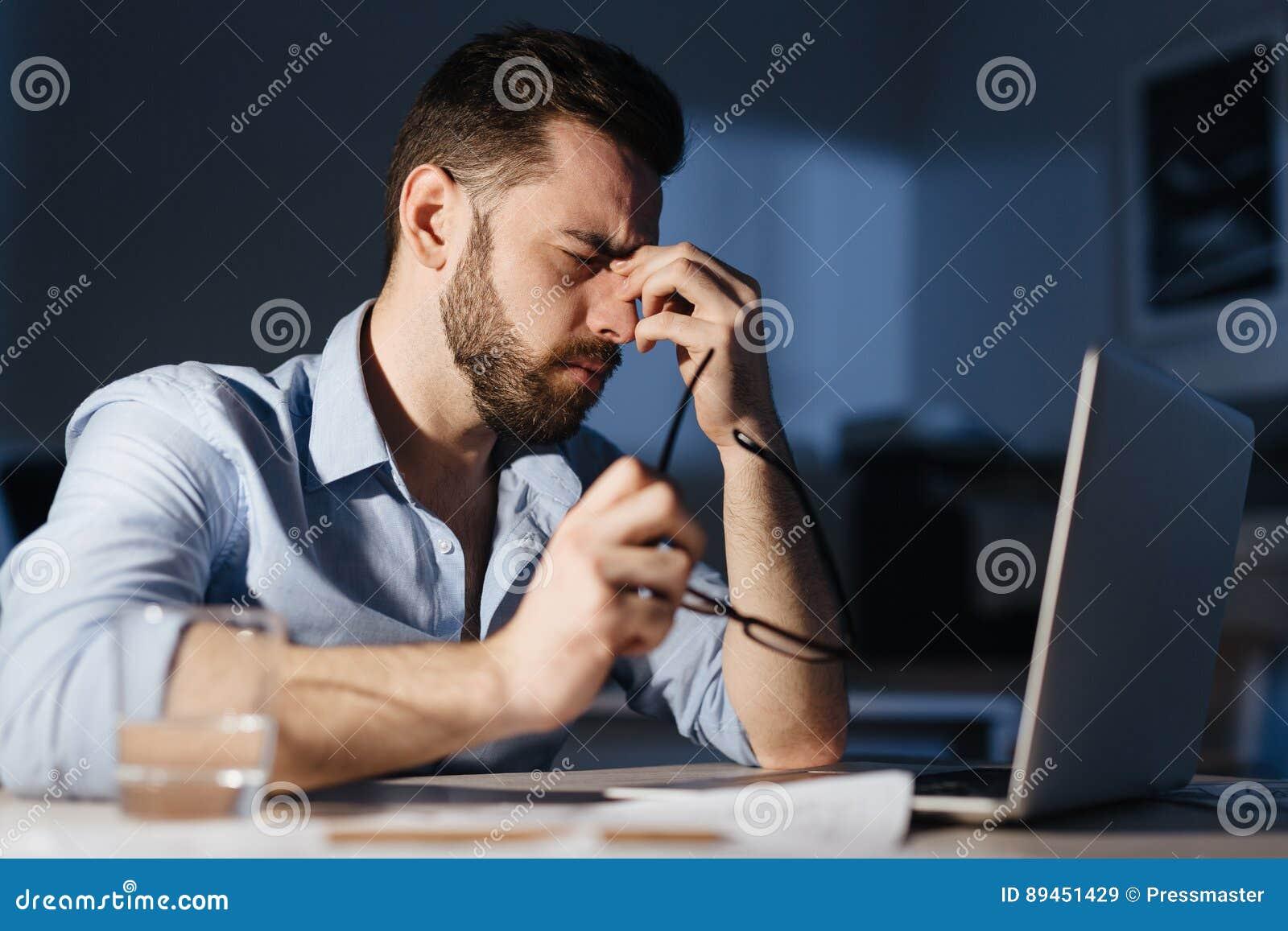 Uitgeput Mens het Werk Overwerk in Donker Bureau