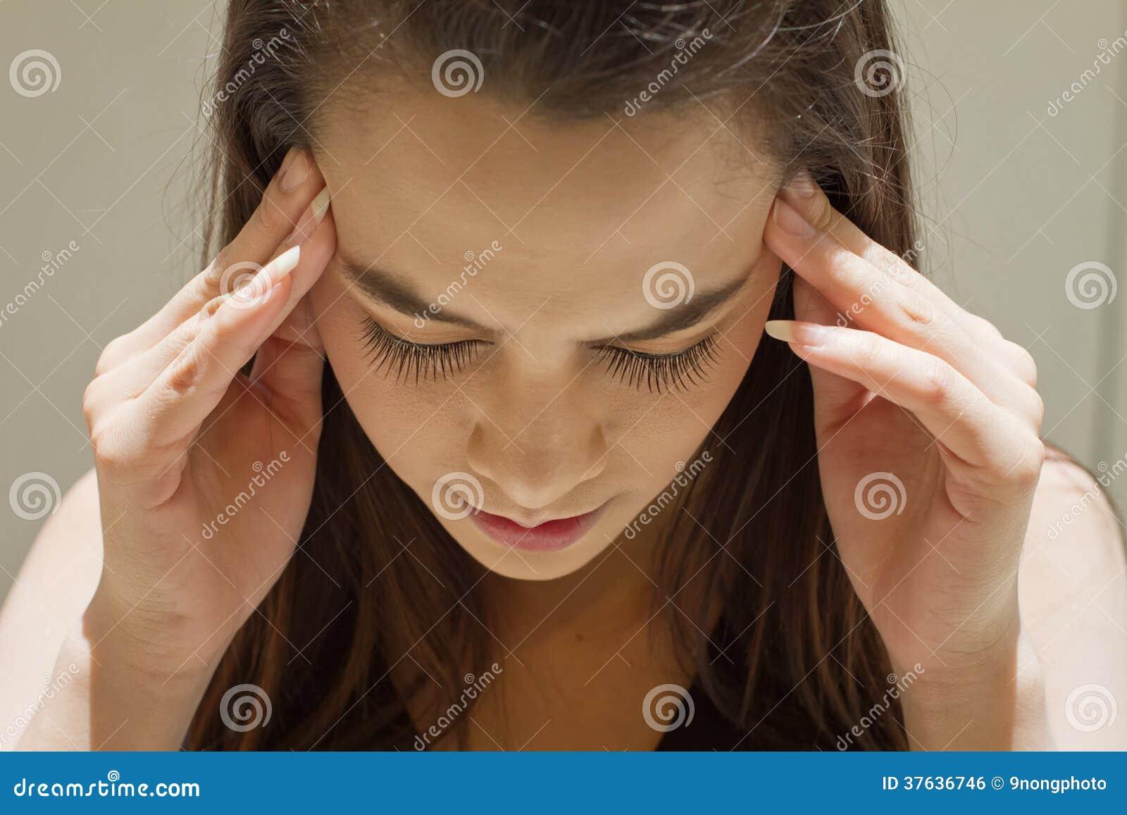 Uitgeputte vrouw met hoofdpijn, migraine, spanning, kater, menta