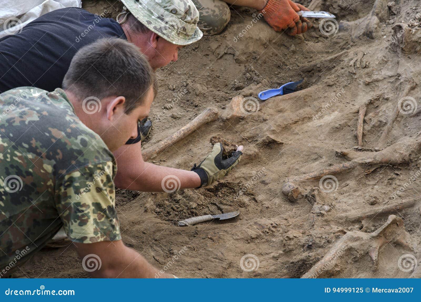 Uitgravingen van begrafenis van militairen van de Tweede Wereldoorlog