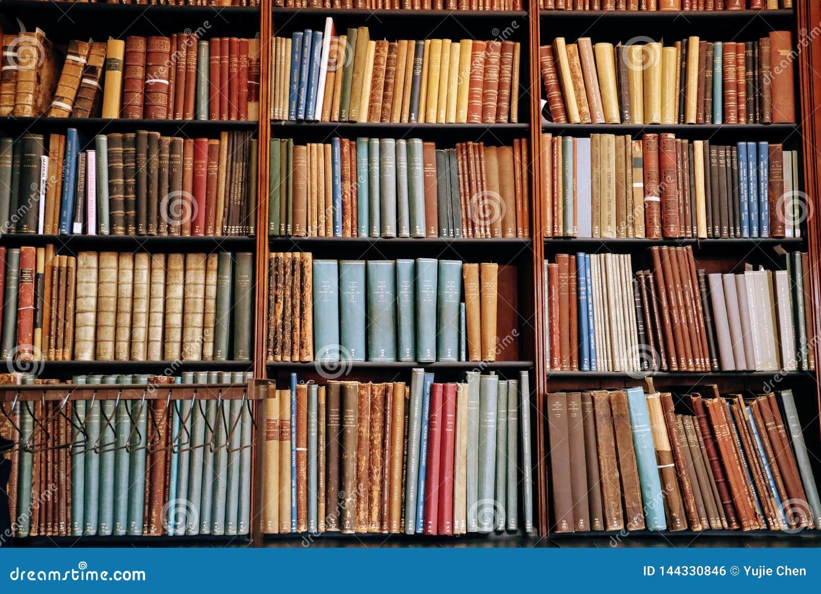 Uitstekend boek op de houten boekenrekken