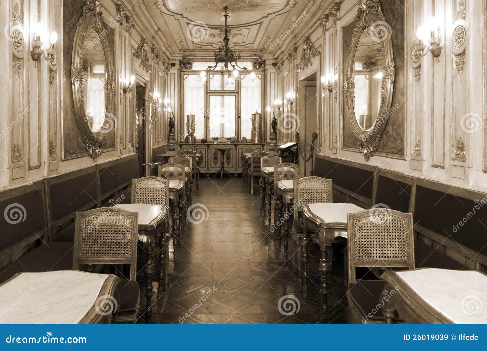 Uitstekend koffiebinnenland met houten meubilair