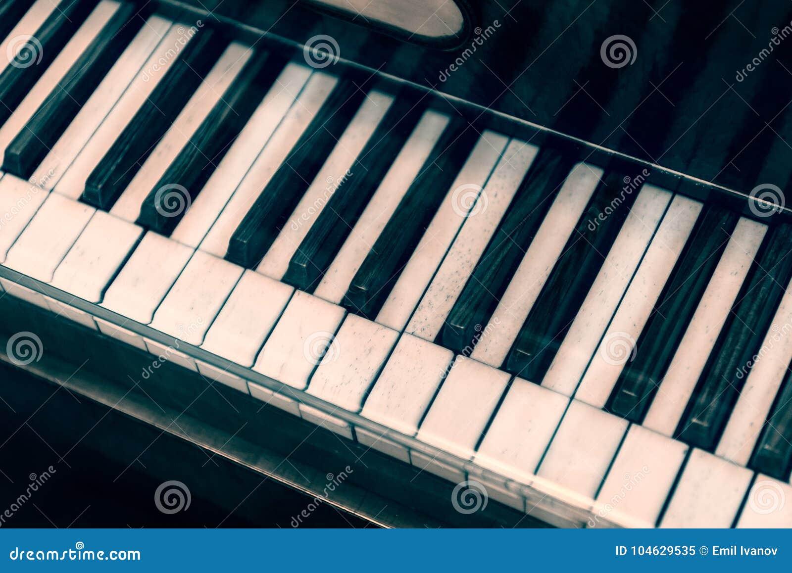 Download Uitstekend Pianotoetsenbord Stock Afbeelding - Afbeelding bestaande uit kleur, up: 104629535