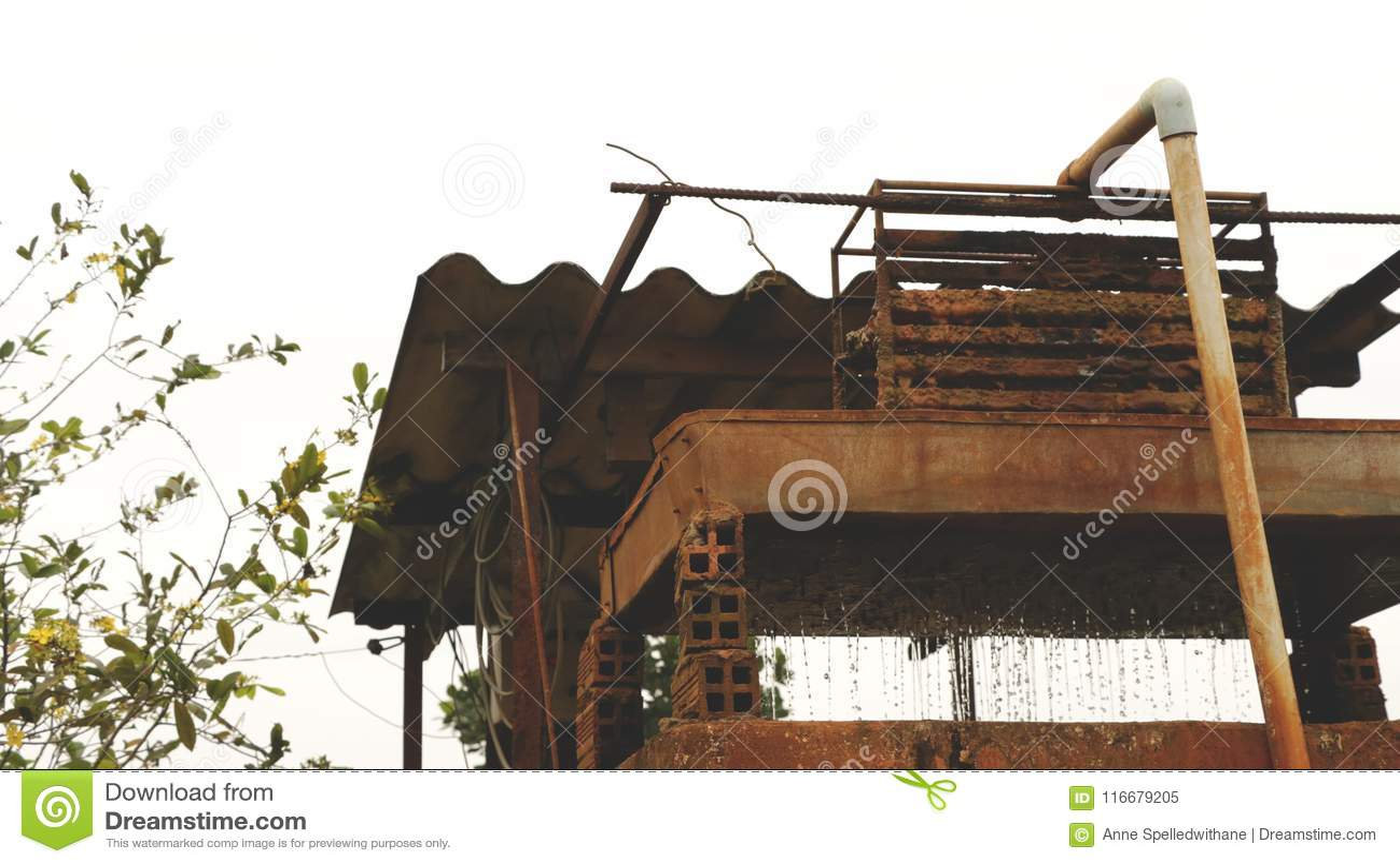Uitstekend Rusty Old Well met Lopend Water
