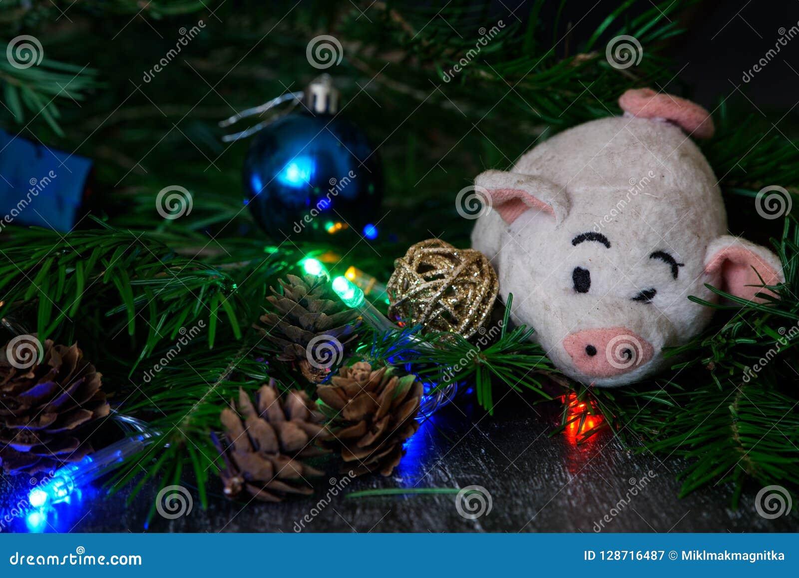 Uitstekend stuk speelgoed - een pluchevarken - een symbool van Ne van de Nieuwjaarvakantie