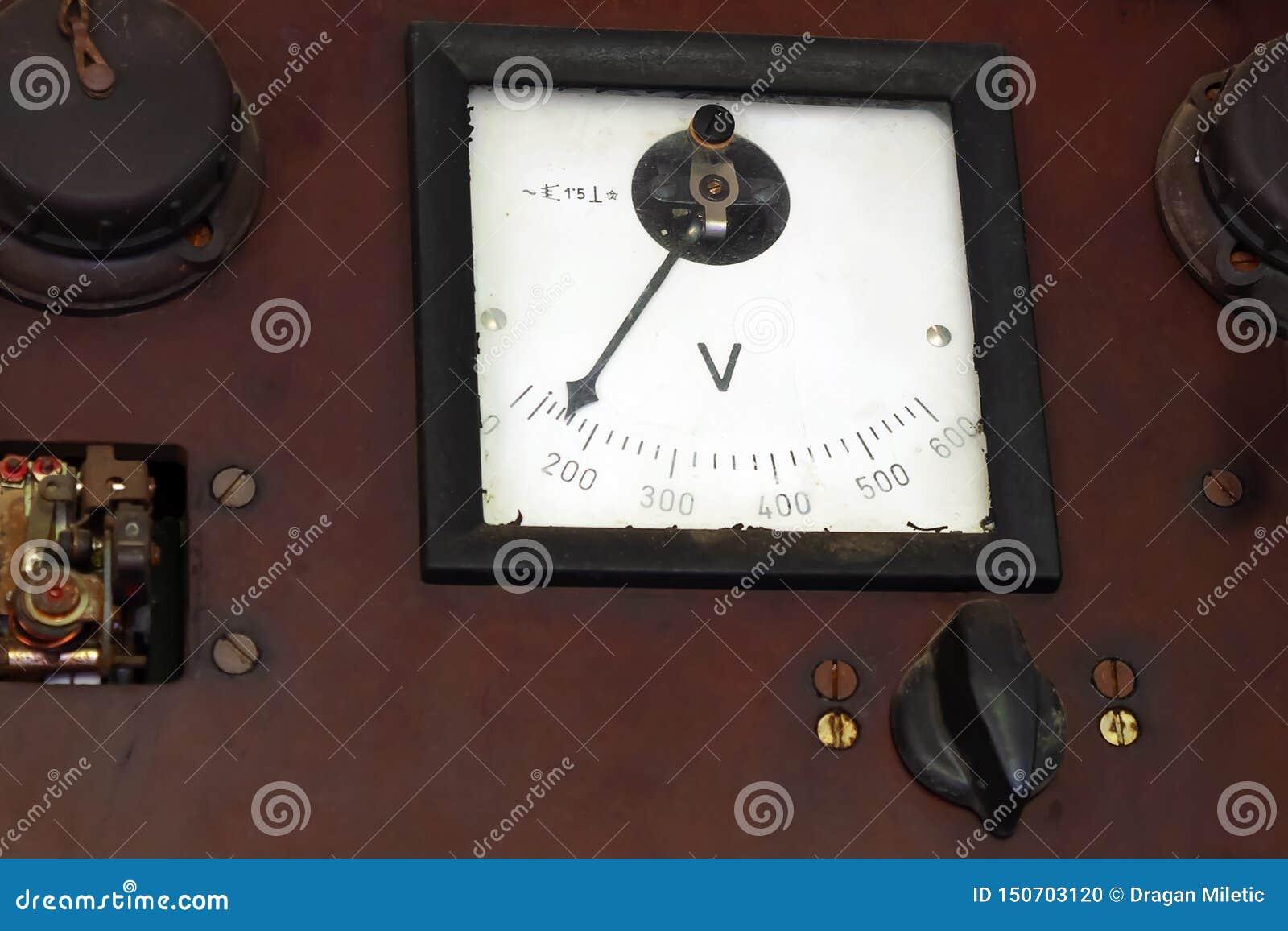 Uitstekende AC voltmeter op een paneel