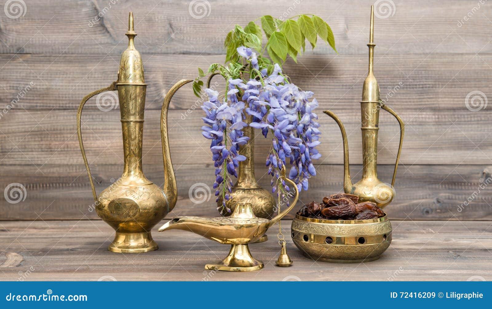 Uitstekende Arabische Van Kruikvruchten En Bloemen Gouden Oosterse Decoratie Stock Afbeelding Image Of Bloemen Ramadan 72416209