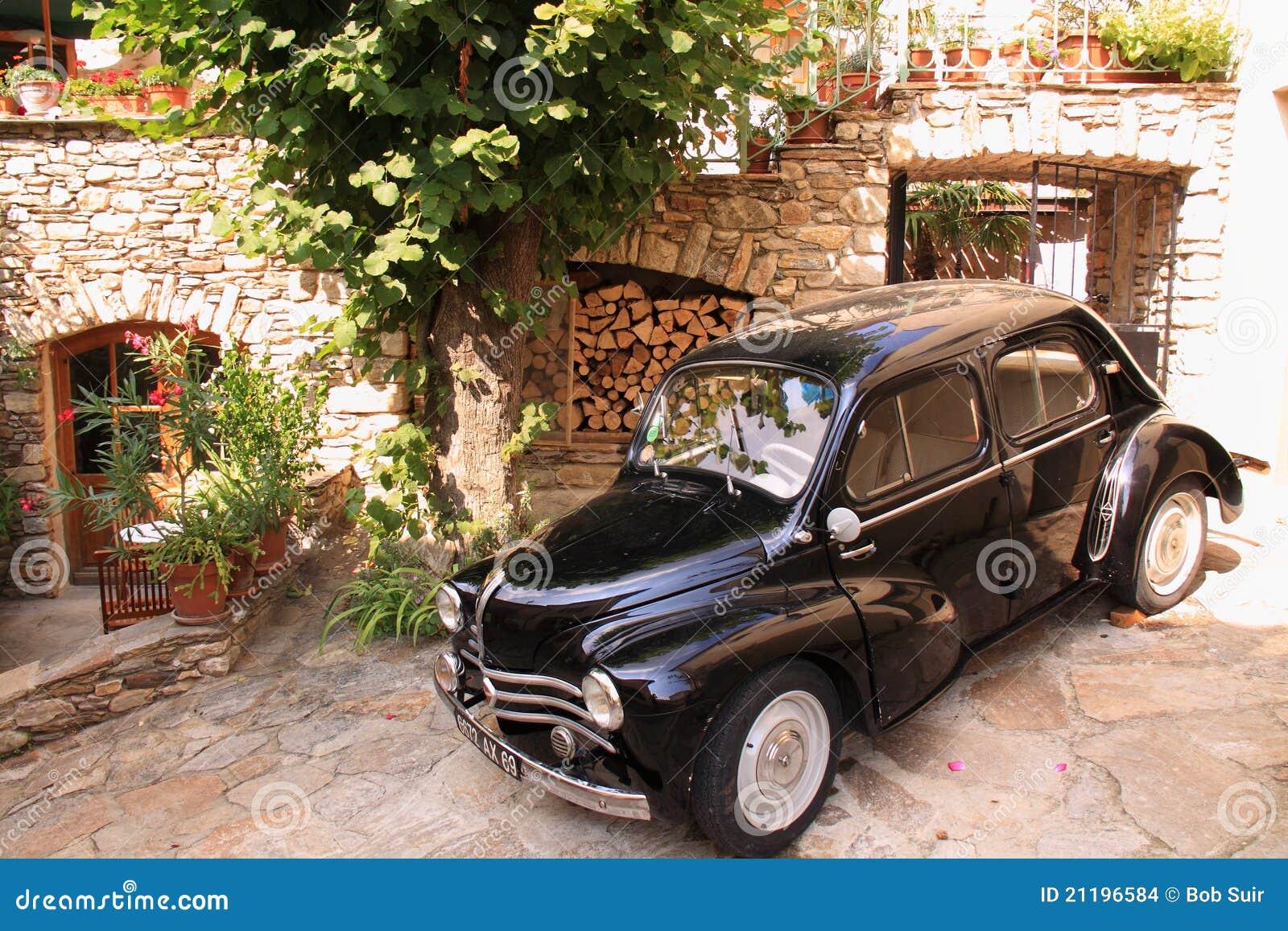 Uitstekende auto in de straat