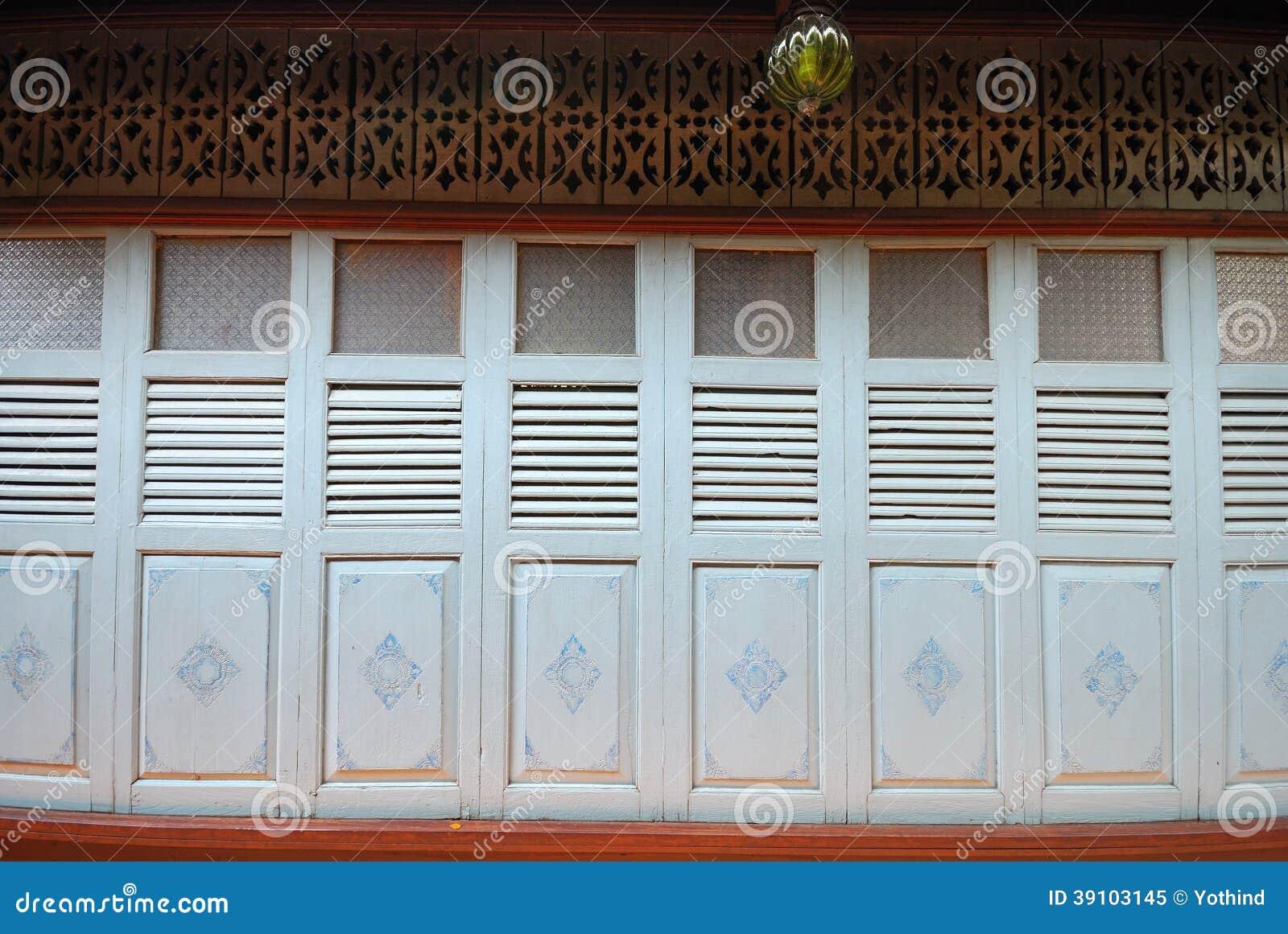 Uitstekende deur