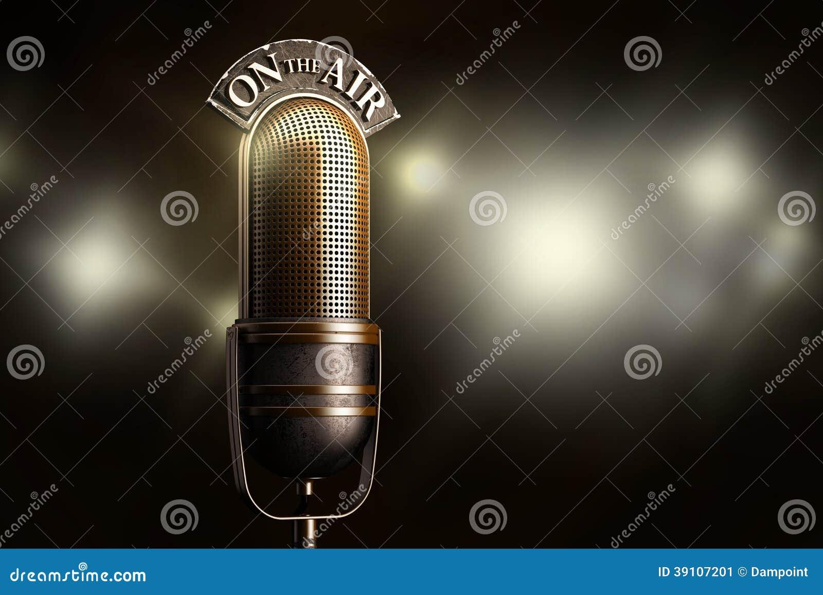 Uitstekende die microfoon door flits wordt verlicht