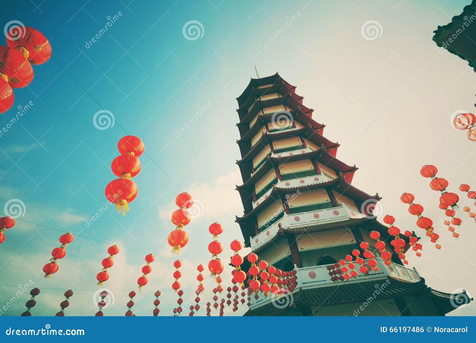 Uitstekende en retro stijlpagode en Chinese nieuwe jaarlantaarns