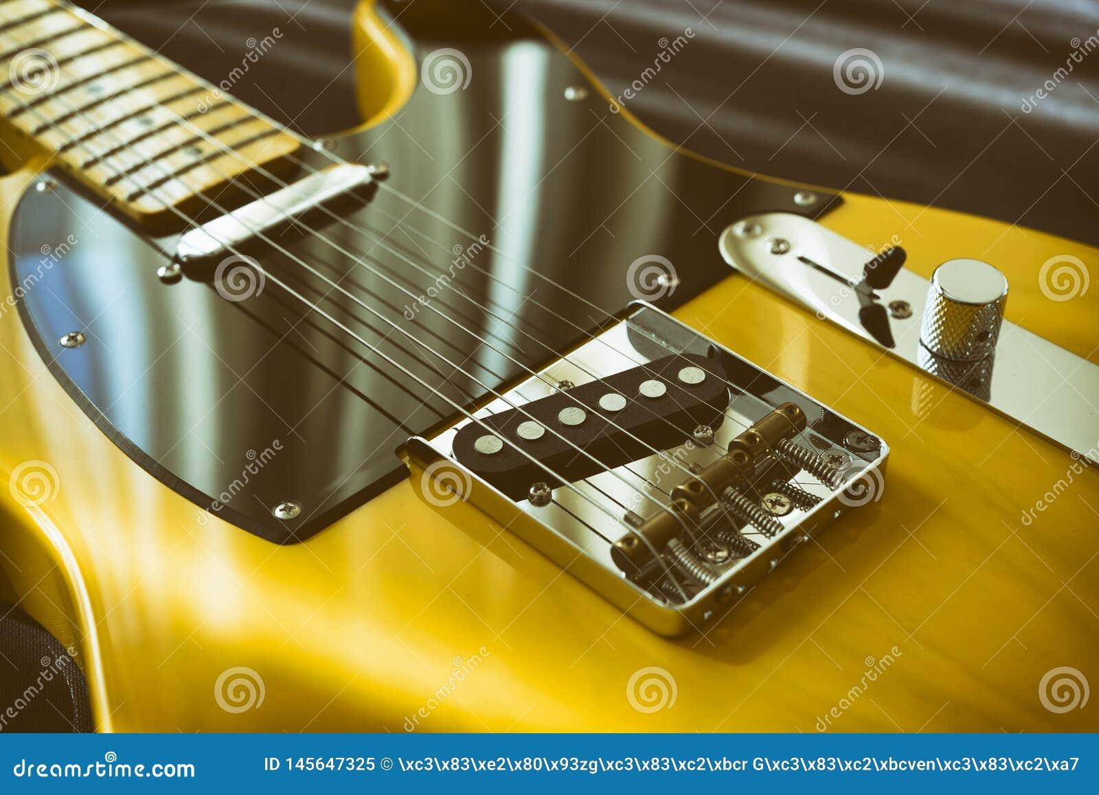 Uitstekende gele elektrische gitaar
