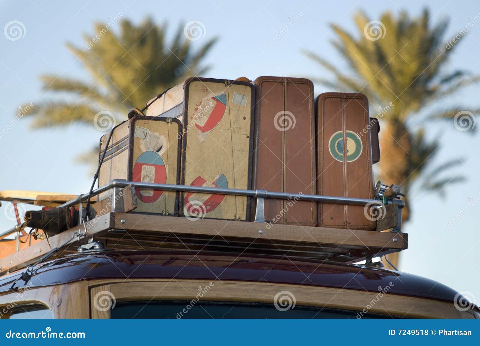 Uitstekende houten auto met oude reiskoffers