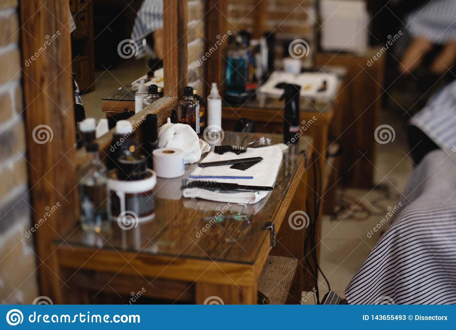 Uitstekende kapper of scheerapparaathulpmiddelen op houten lijst in een herenkapper
