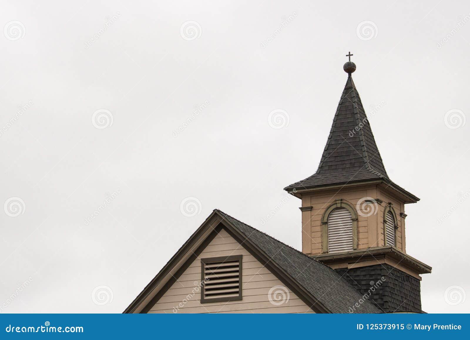 Uitstekende kerkarchitectuur, oude landelijke kerk, midden van de eeuw