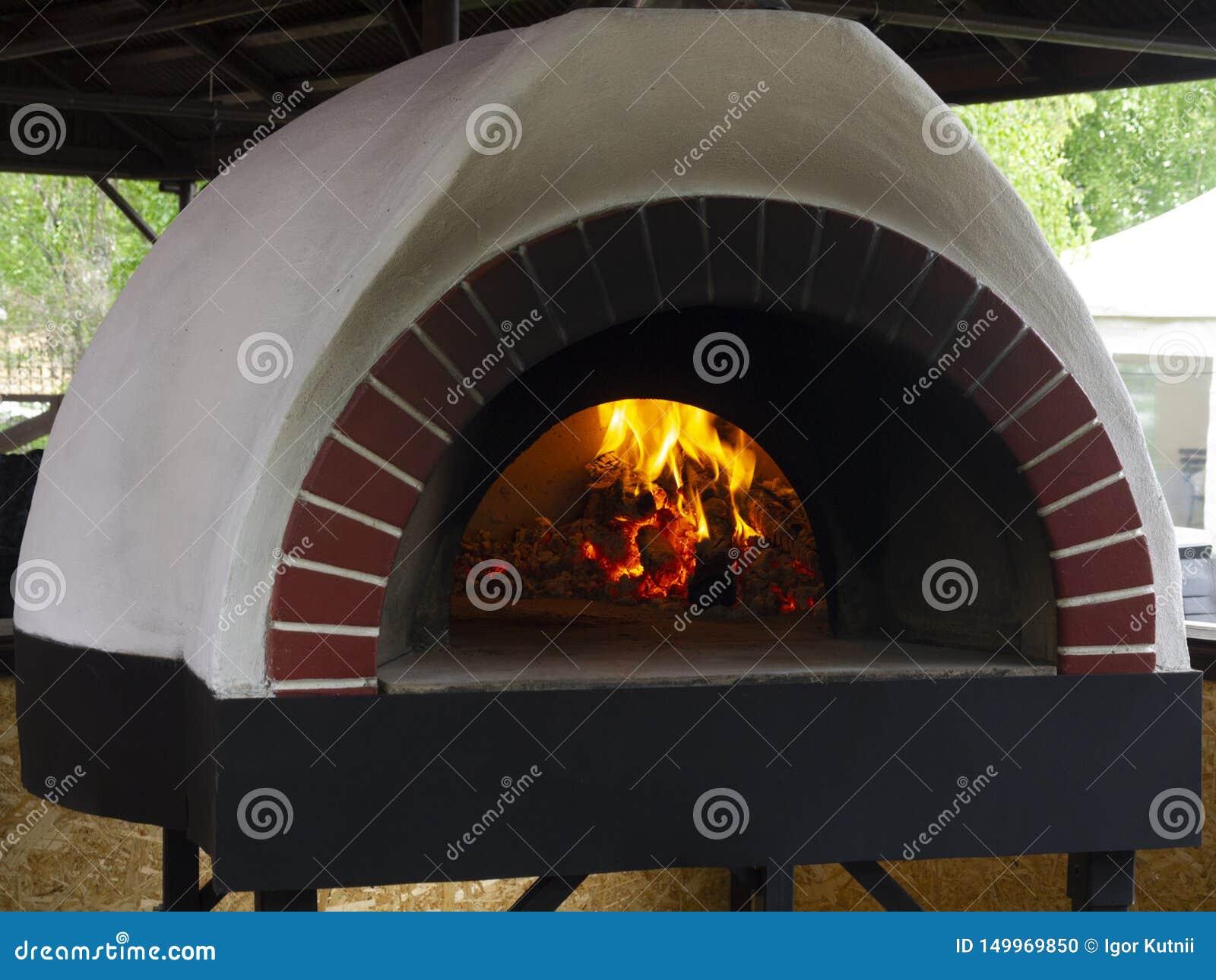 Uitstekende kleioven voor het koken in een buitenhuis diverse schotels: vlakke cakes, pizza s, pastei, graangewassen, vlees, viss