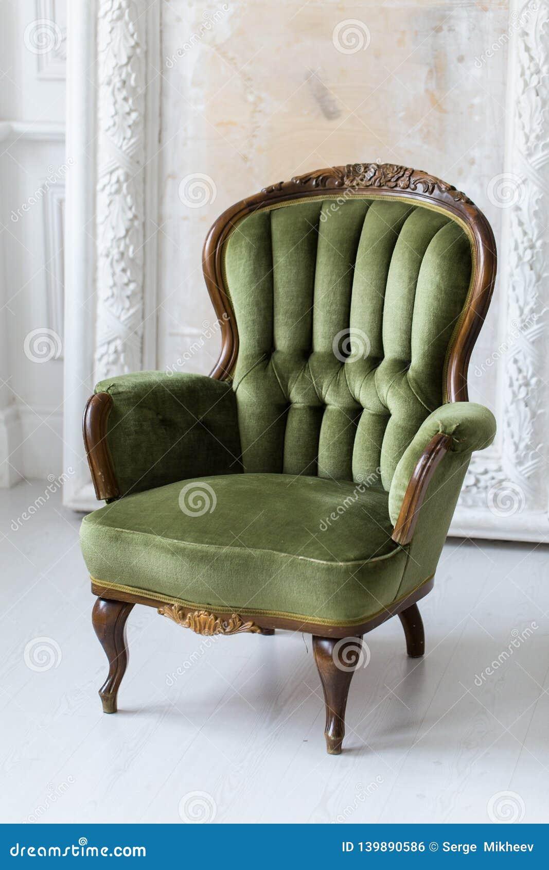 Uitstekende leunstoel in groene kleur Professionele studioverlichting Selectieve nadruk