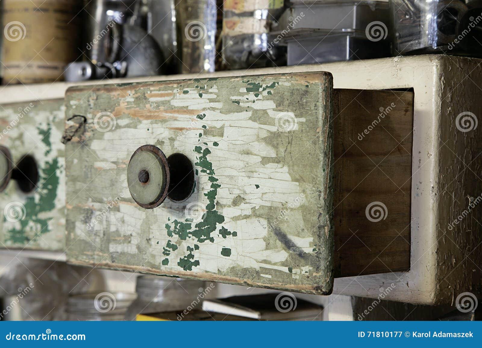 Lade In Kast.Uitstekende Oude Houten Lade In Kast In Workshop Stock Afbeelding