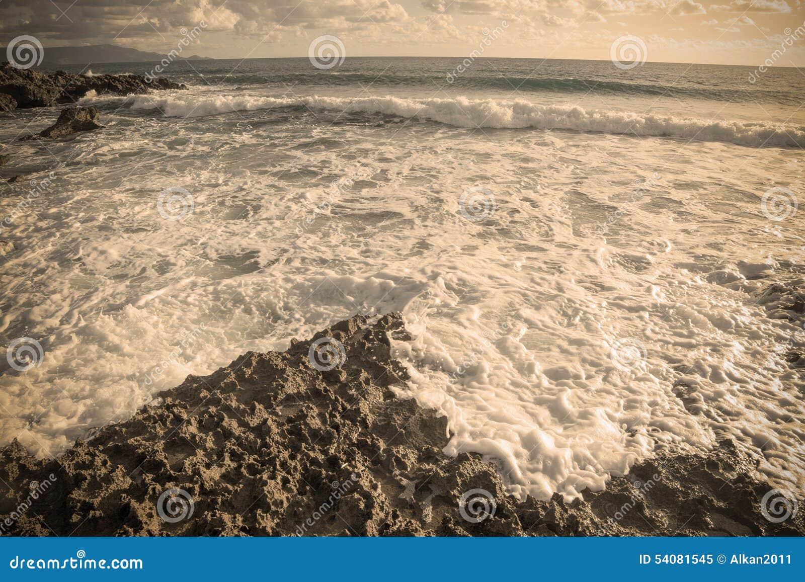 Uitstekende rotsachtige kust