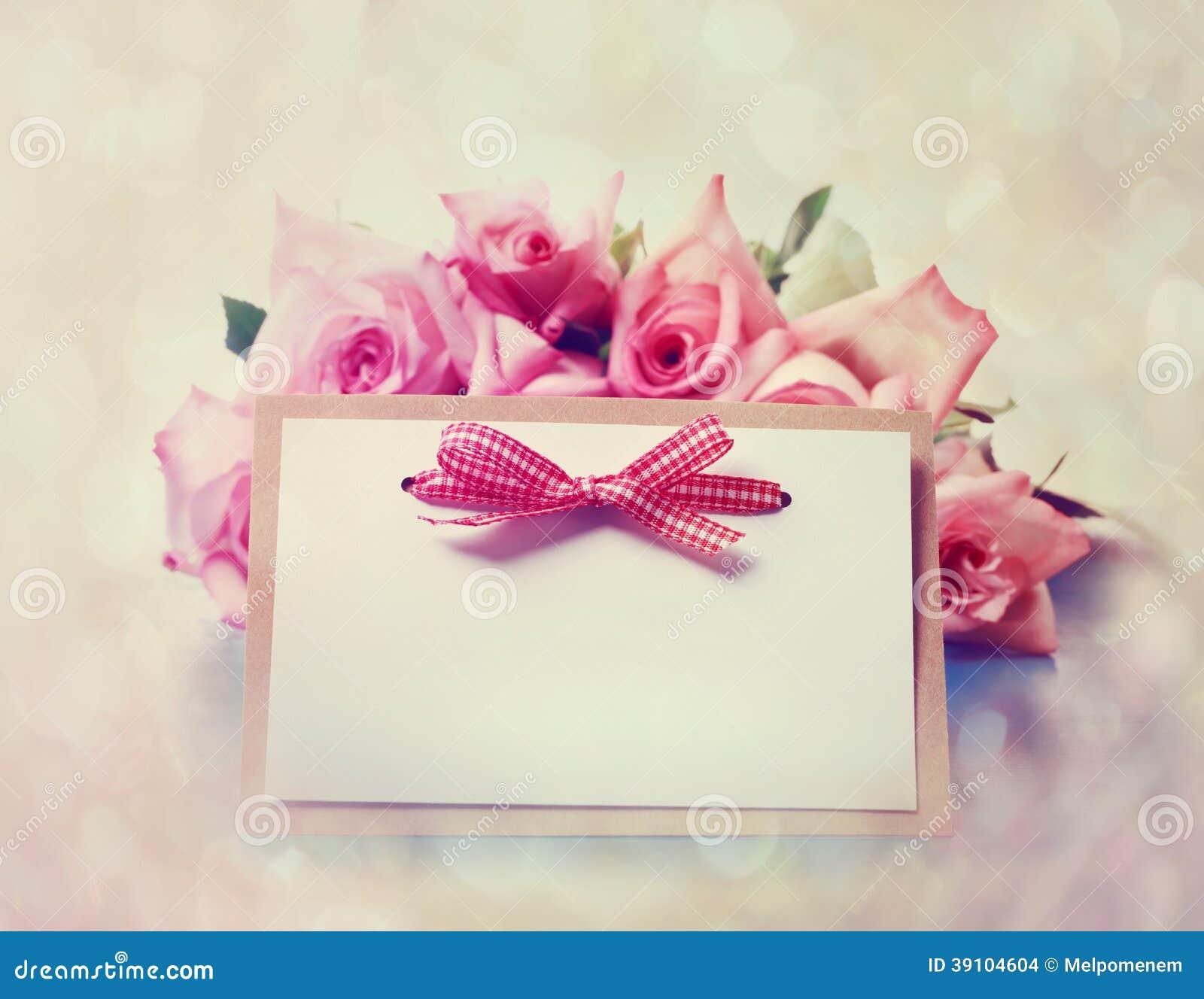 Uitstekende rozen met berichtkaart