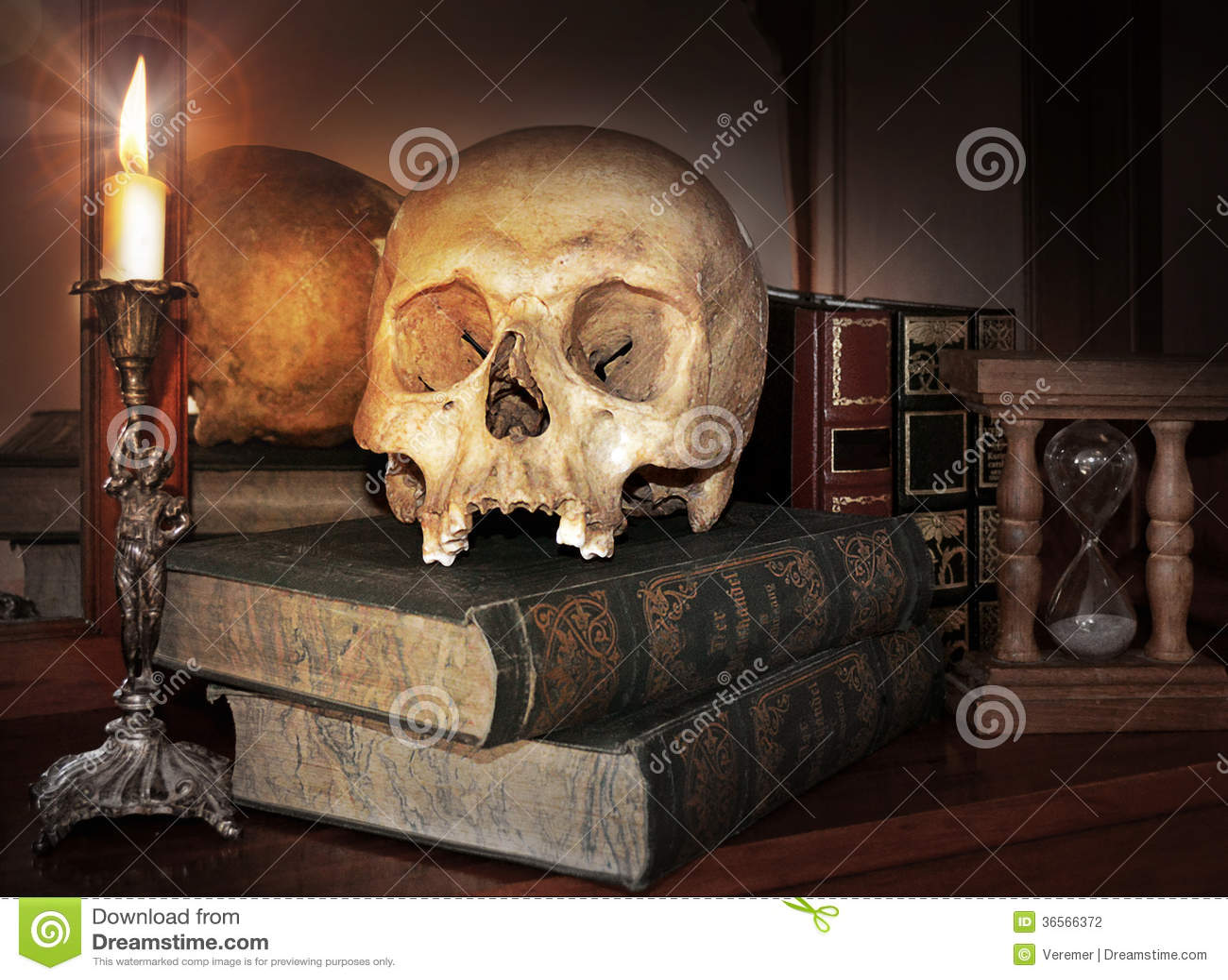 Uitstekende Schedel Op Antiek Boek Met Kaars En Zandloper