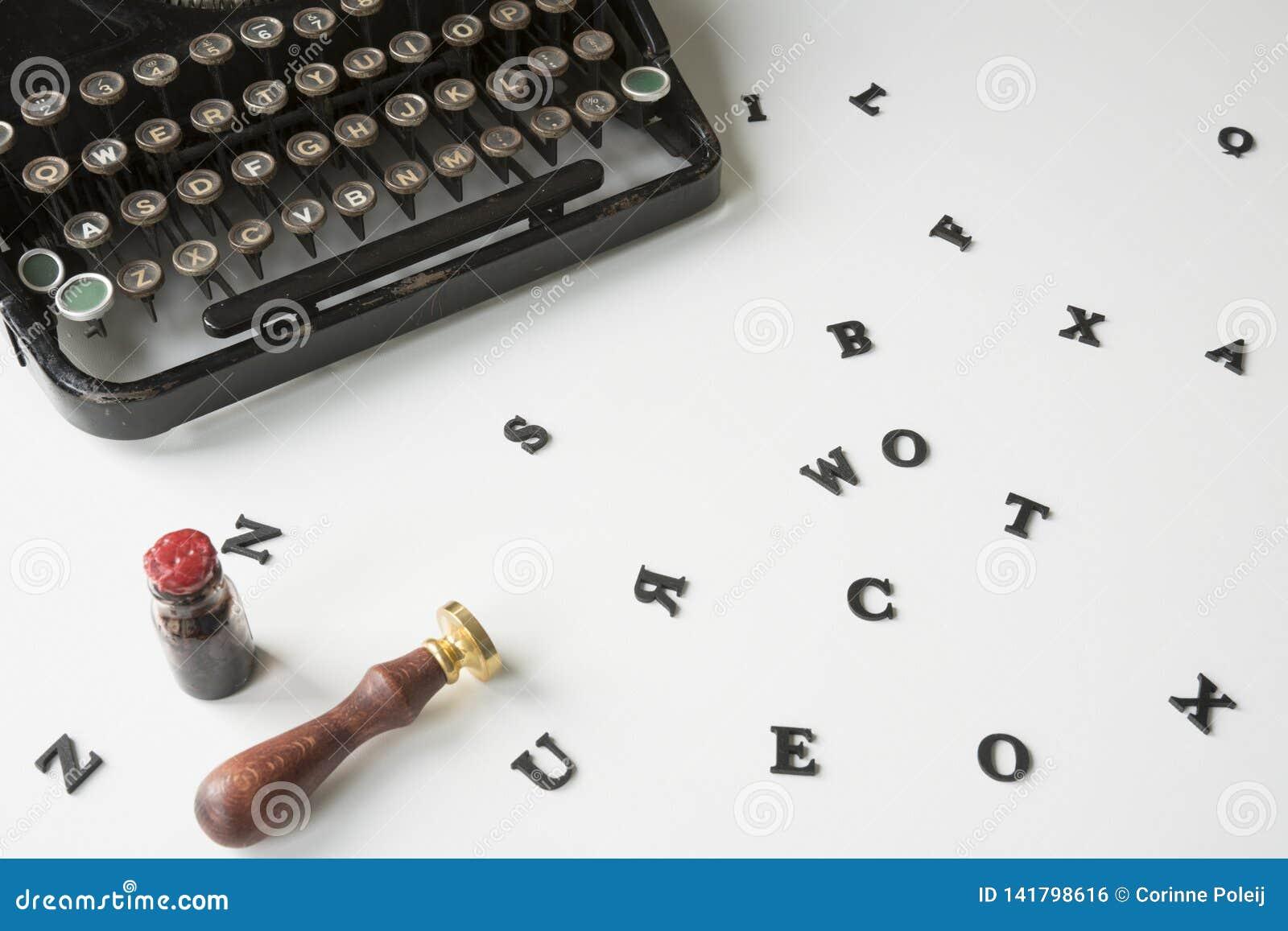 Uitstekende schrijfmachine met slordige brieven op wit bureau