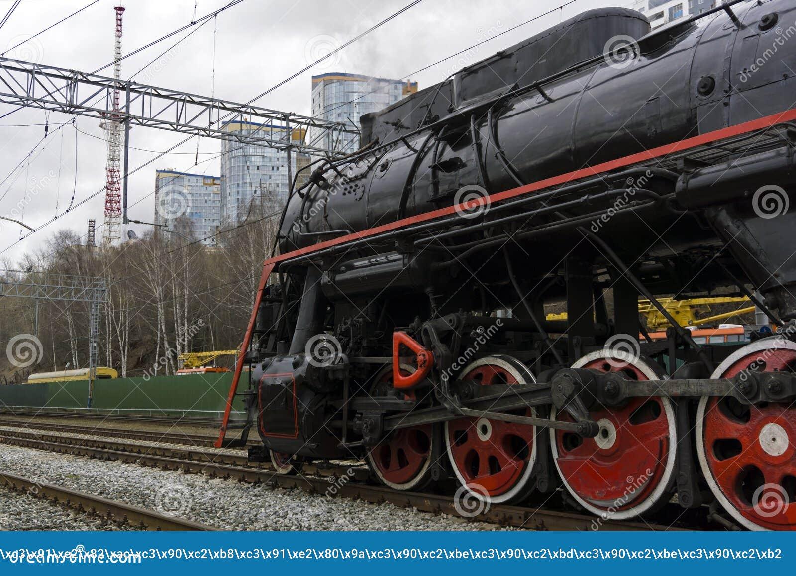 Uitstekende stoomlocomotief op een moderne spoorweg
