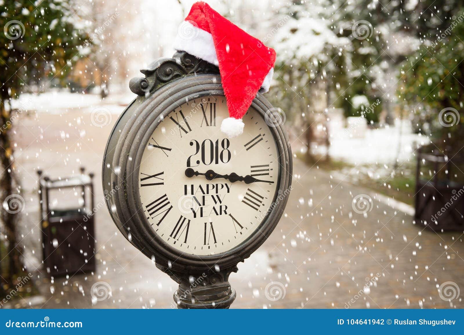 Download Uitstekende Straatklok Met Titel Gelukkig Nieuwjaar 2018 En Santa Claus-hoed Op Hen Met Dalende Sneeuwvlokken Stock Foto - Afbeelding bestaande uit internationaal, koude: 104641942