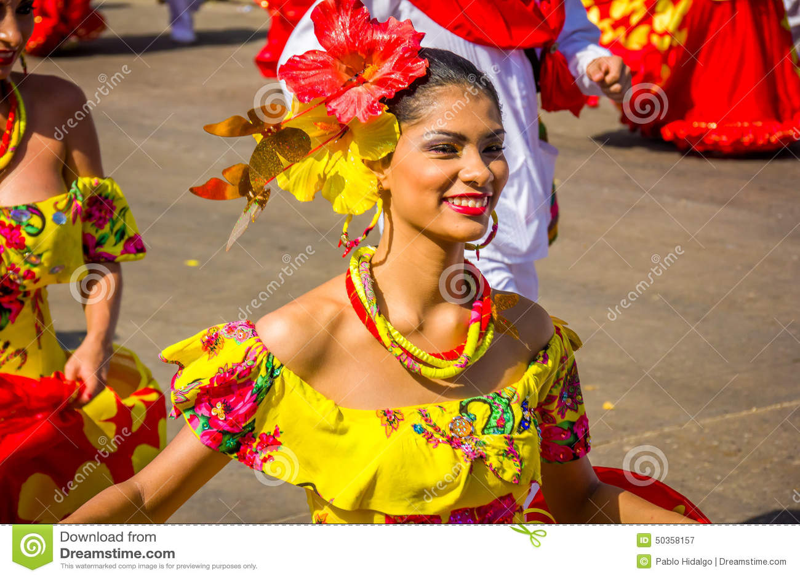 Uitvoerders met kleurrijke en gedetailleerde kostuums