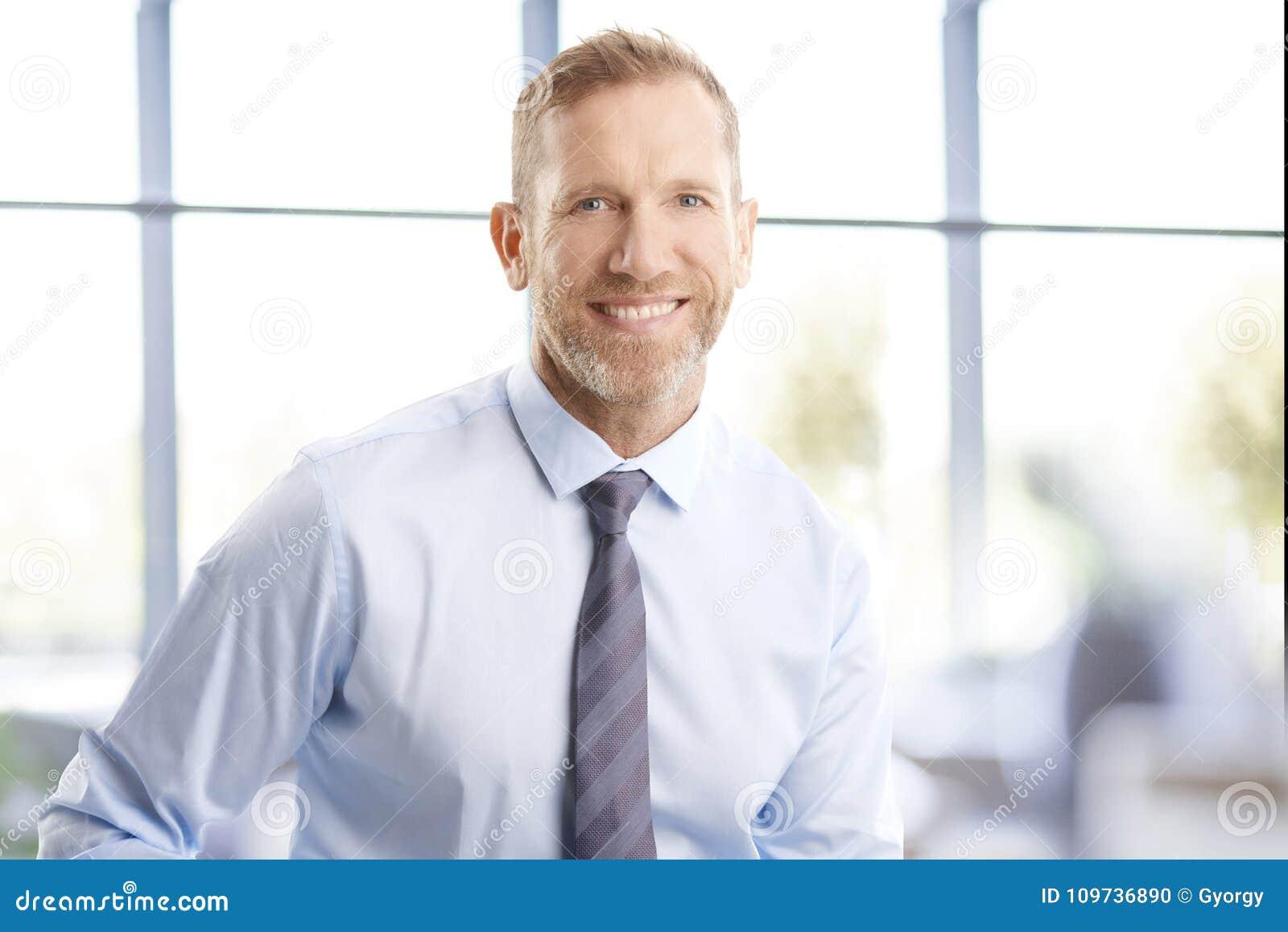 Uitvoerend midden oud zakenmanportret