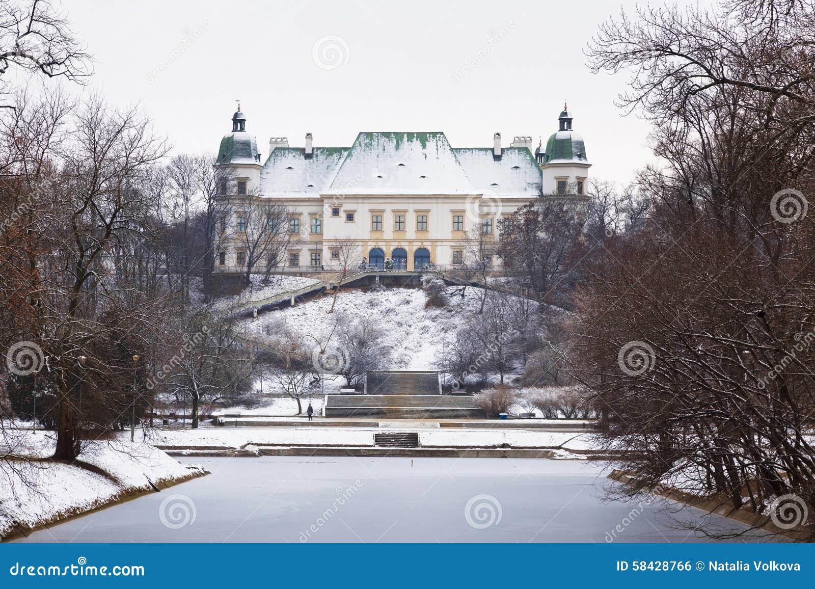 Ujazdowski park w zimie i kasztel