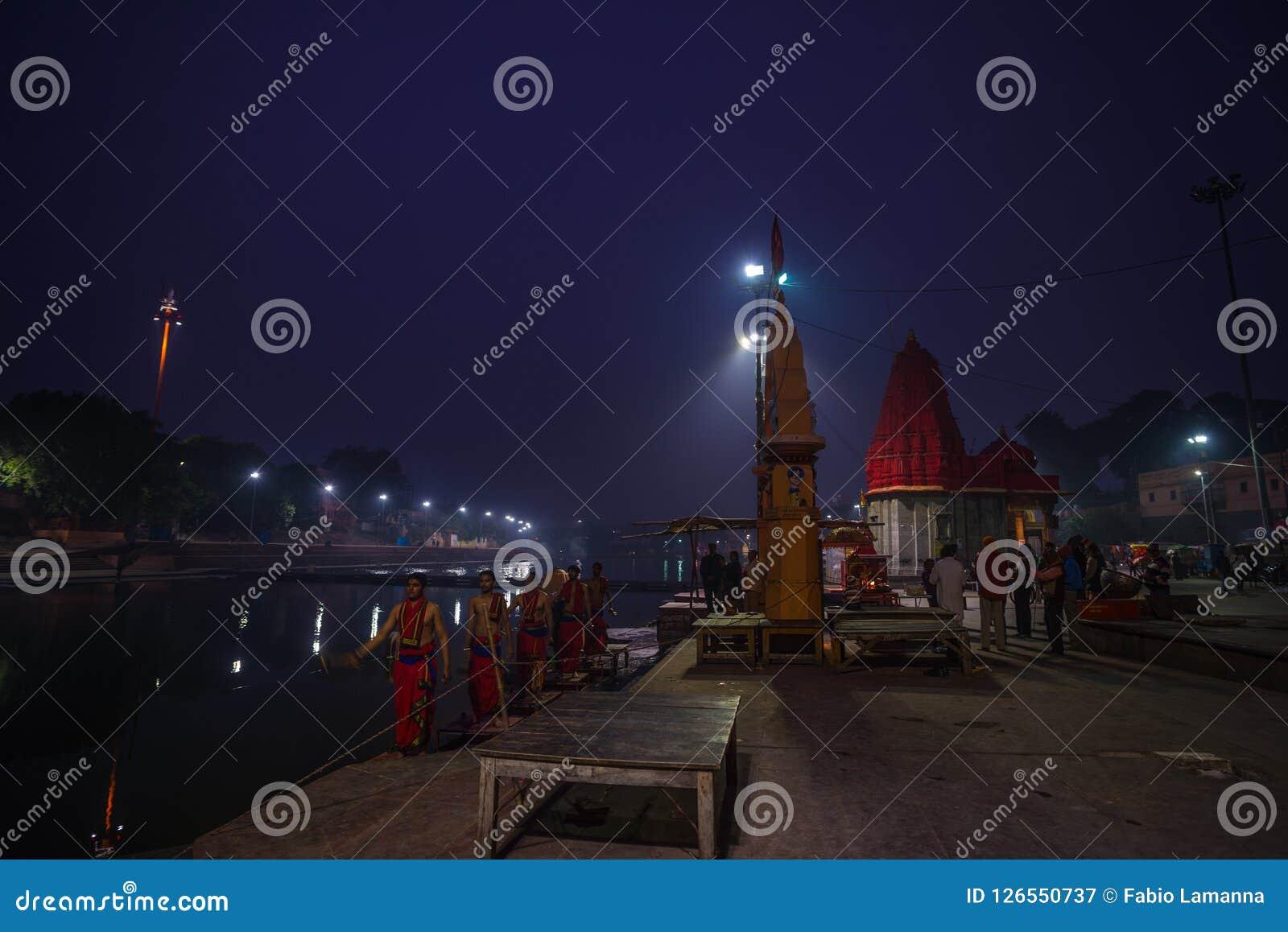 Ujjain, Индия - 7-ое декабря 2017: Люди присутствуя на религиозной церемонии на святом реке на Ujjain, Индии, священном городке д