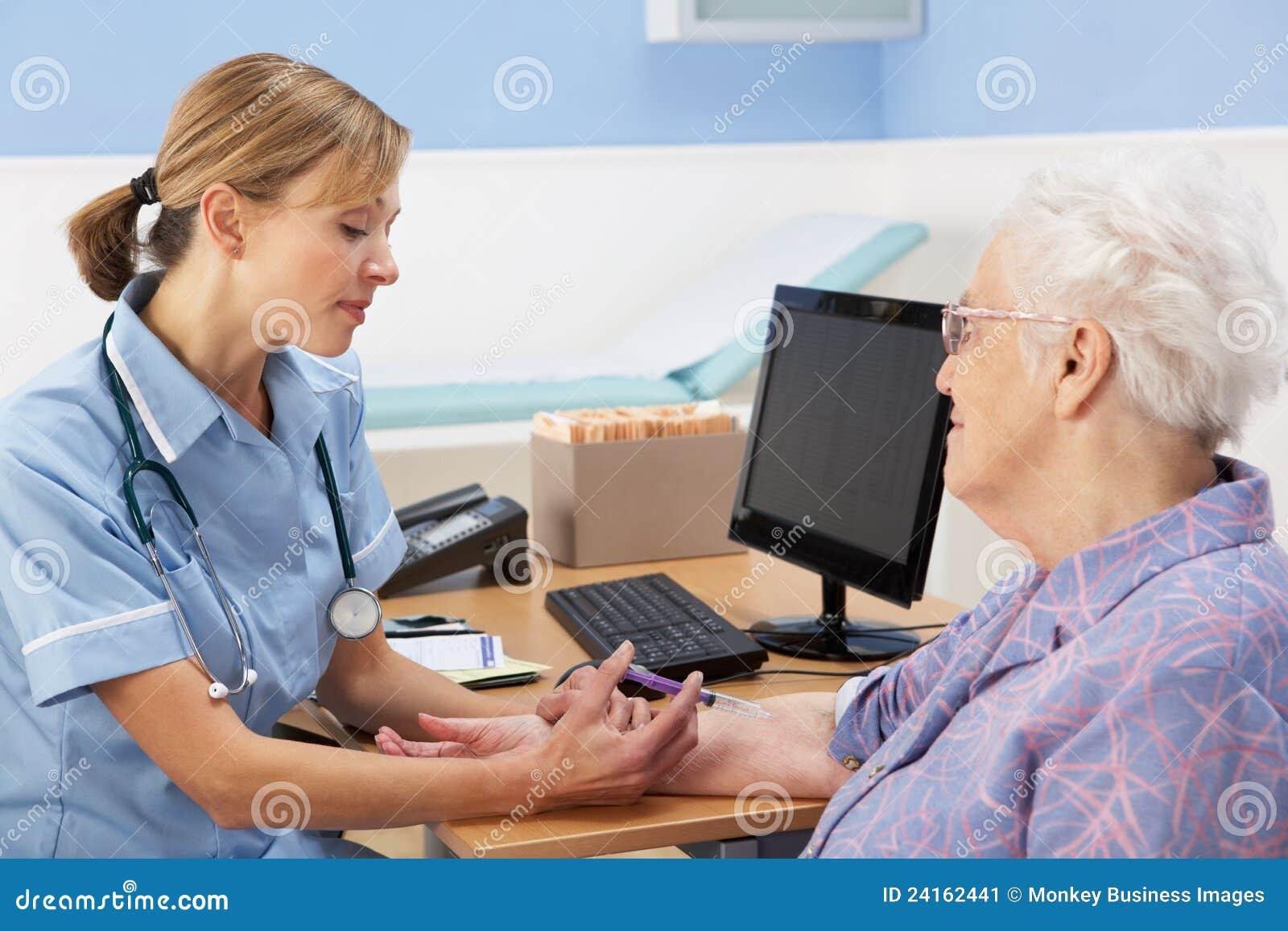 UK pielęgniarki wstrzykiwania kobiety starszy pacjent