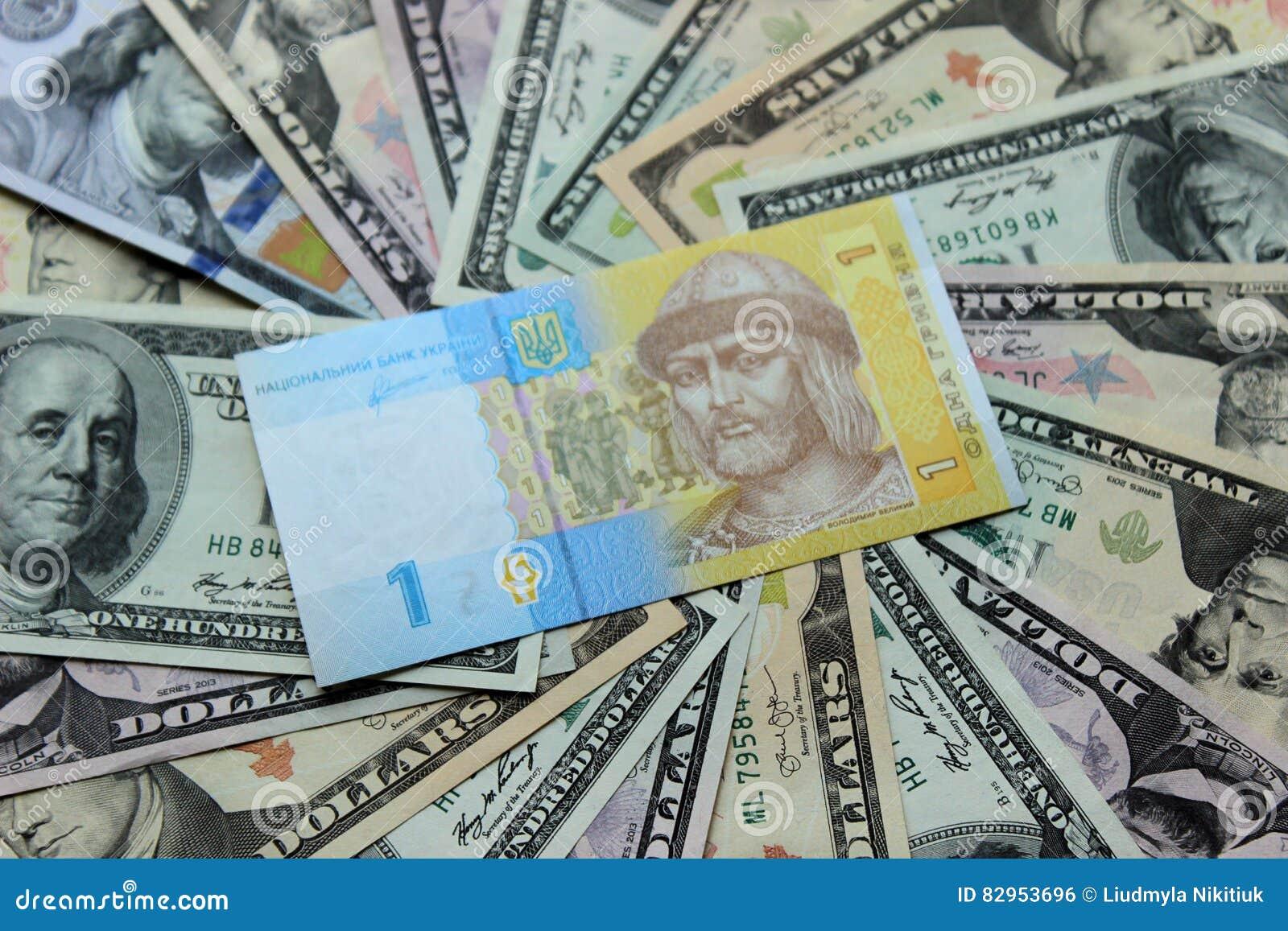 Ukraiński hryvnia i dolarowi rachunki 5000 tło rachunków pieniądze rubli wzoru