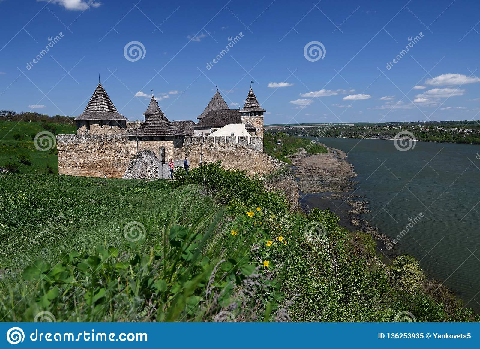 Ukraina, Hotinskaya forteca pod niebieskim niebem na Maju 3, 2015