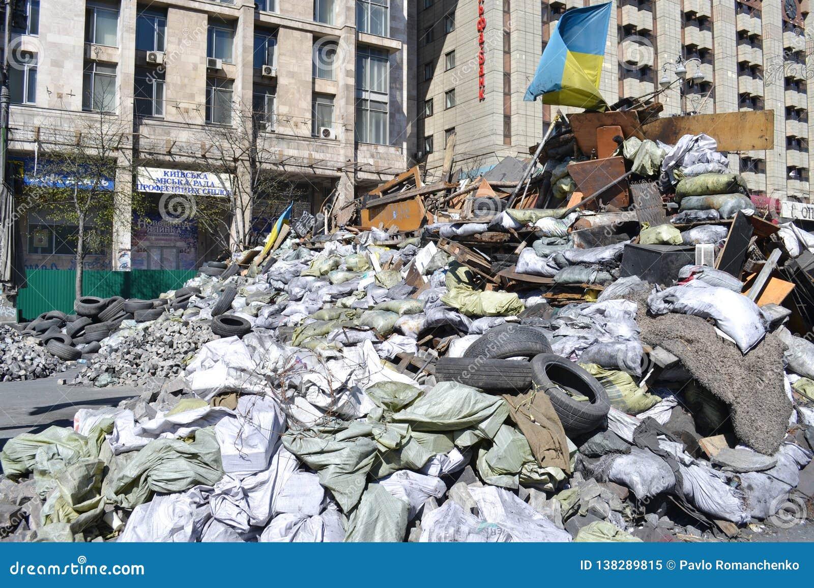 Ukraina Kiev - April 7, 2014: Barrikader efter en storm på den huvudsakliga gatan av Kiev