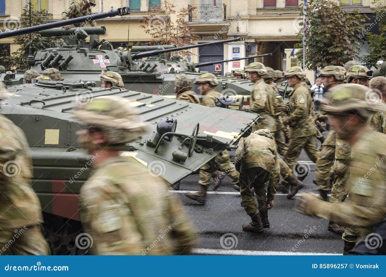 Ukraina Kiev, Augusti 24, 2016 Militären ståtar hängivet till självständighetsdagen av Ukraina