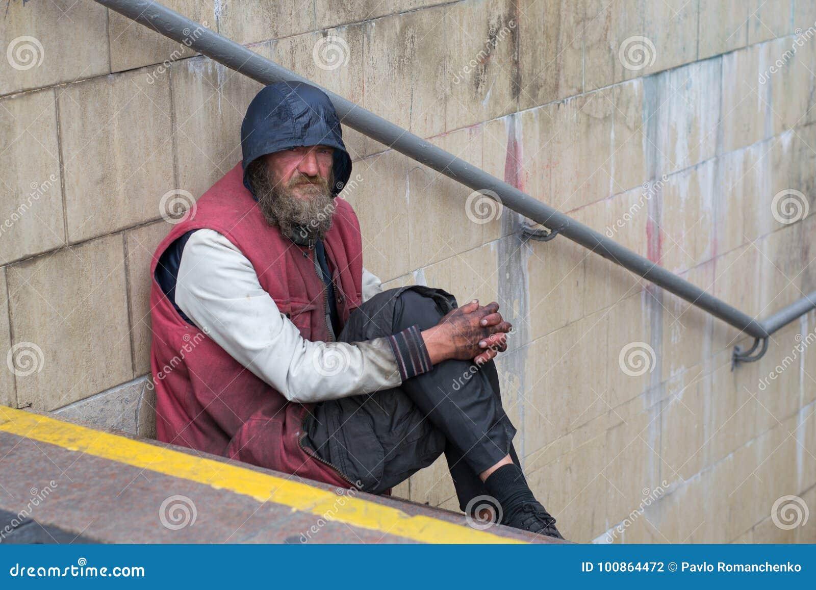 UKRAINA, KIEV-SEPTEMBER 24,2017: Bezdomny w metra skrzyżowaniu Problem ludzie bezdomni żyje na ulicach