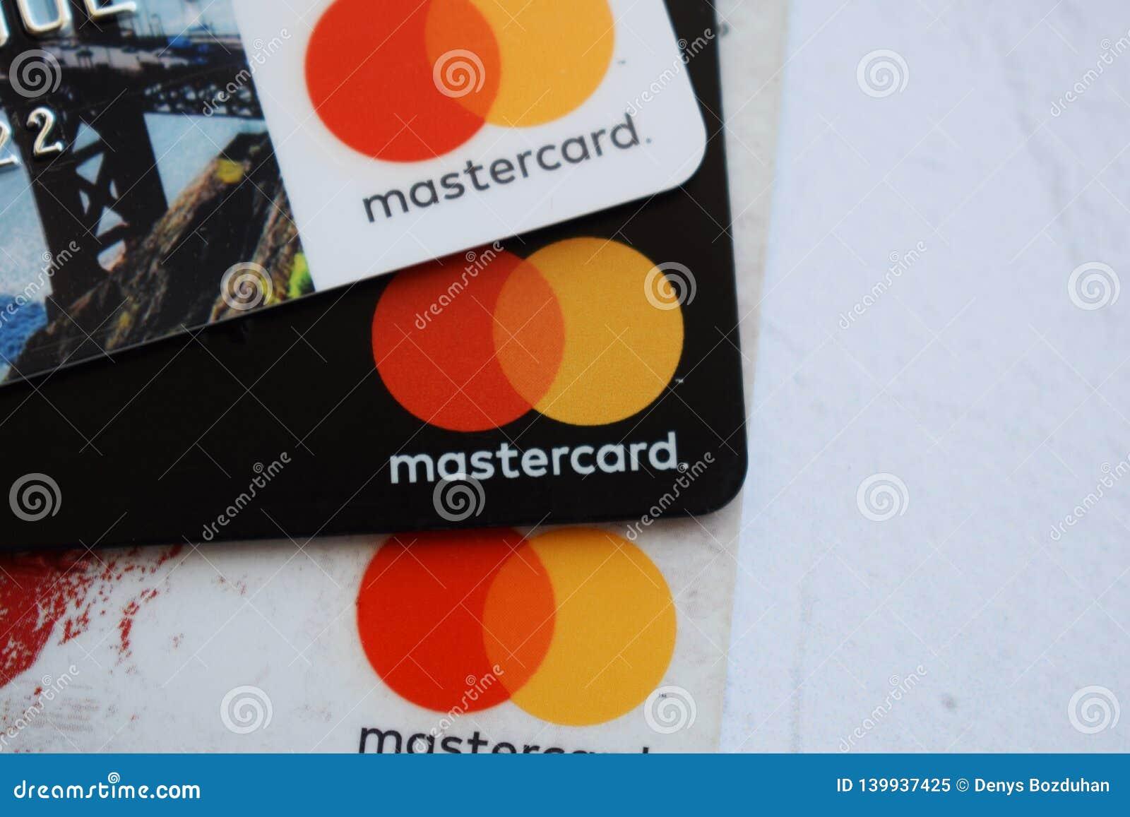 Ukraina Kremenchug - Februari, 2019: Slut för Mastercard kreditkorttecken upp
