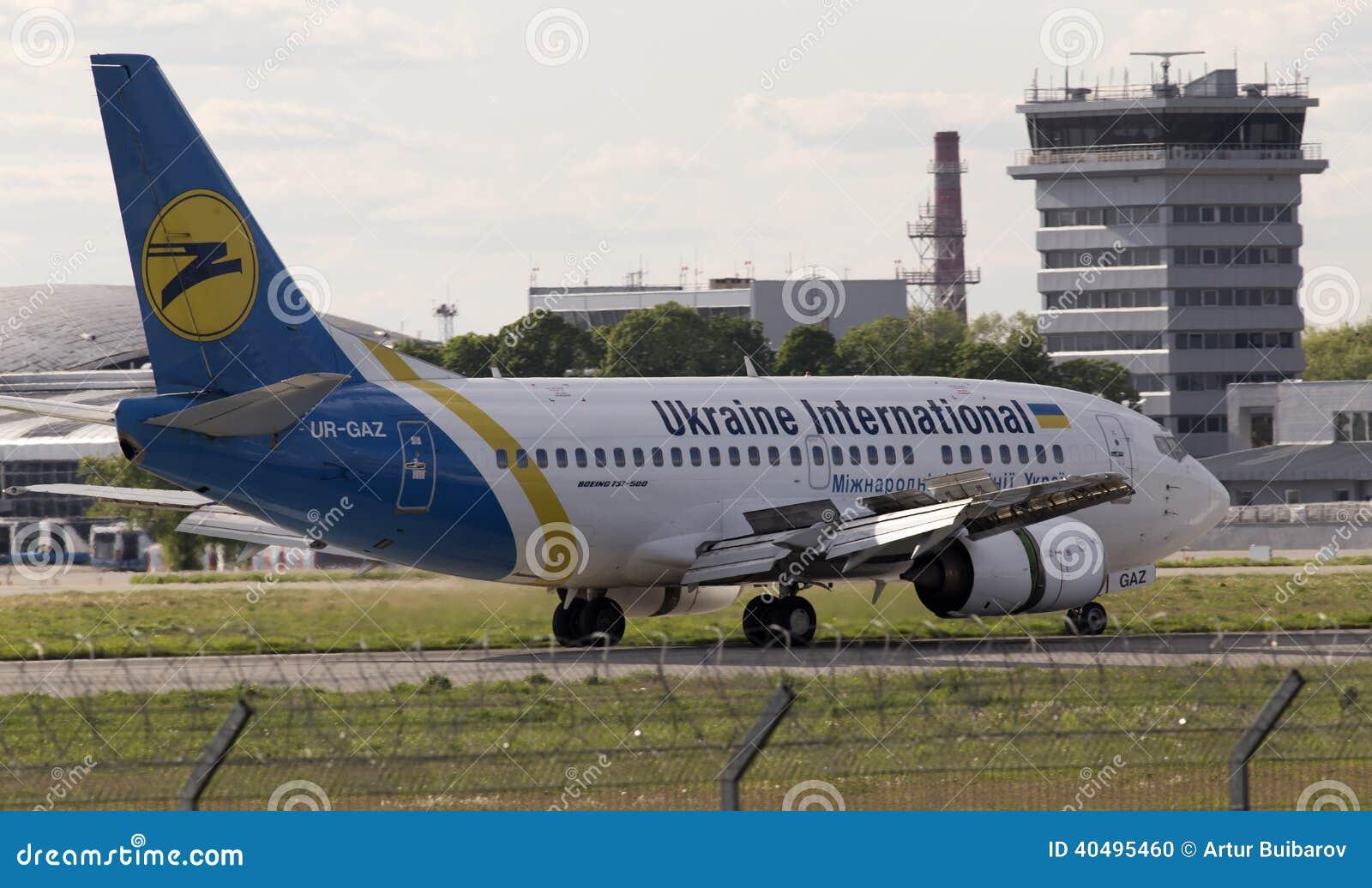 Ukraine International Airlines Boeing 737-500 samolotu bieg na pasie startowym