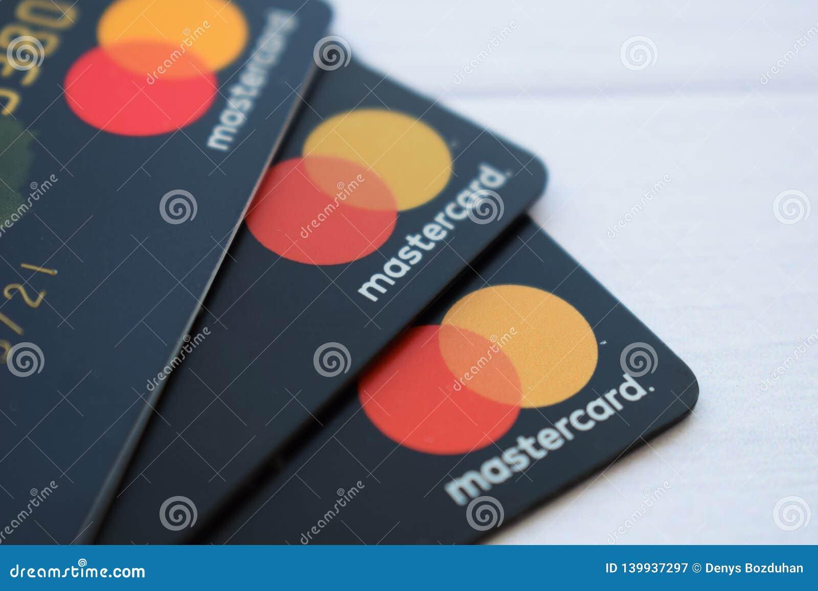 Ukraine, Kremenchug - Februar 2019: Schließen Sie oben von einem Stapel von MasterCard-Kreditlasts-Debetbankkarten