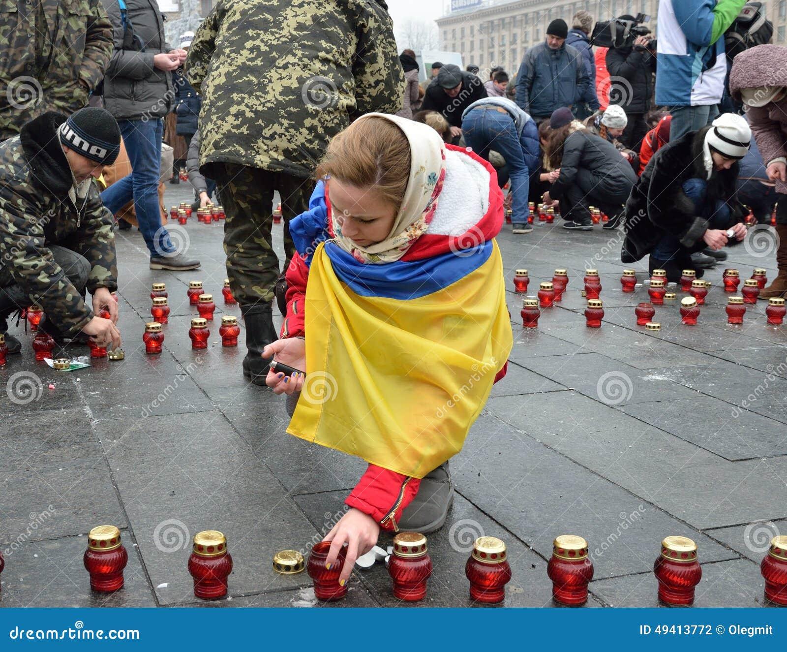 Download Ukrainer Maidan Gefüllt Mit Erinnerungskerzen Redaktionelles Stockfotografie - Bild von kiew, ernstlich: 49413772