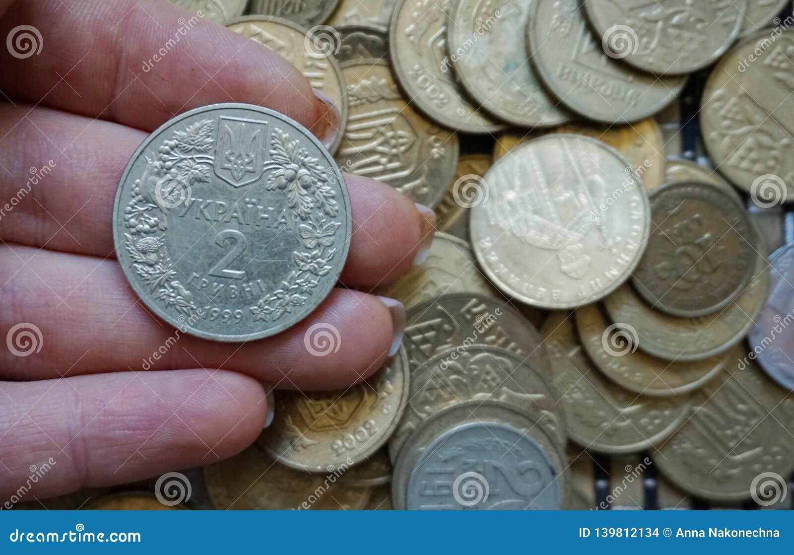 Ukrainische Münzen in den Bezeichnungen von 1 hryvnia und von anderen, falteten sich in einem Dia Eagle und Endstücke