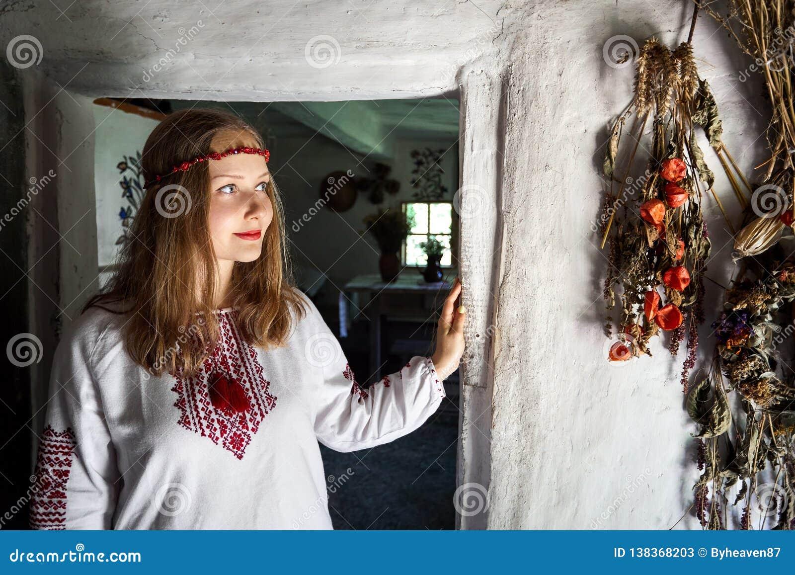 Ukrainsk kvinna i etnisk by
