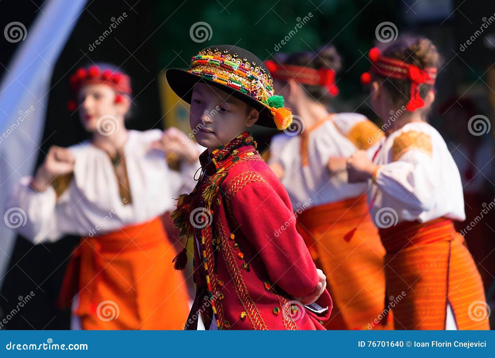 Ukrainska barns dansare i traditionell dräkt